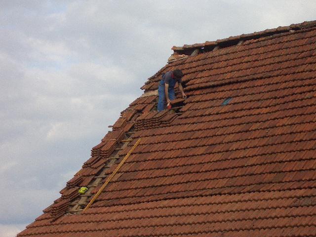 Der Nachbar hilft beim Dachflicken