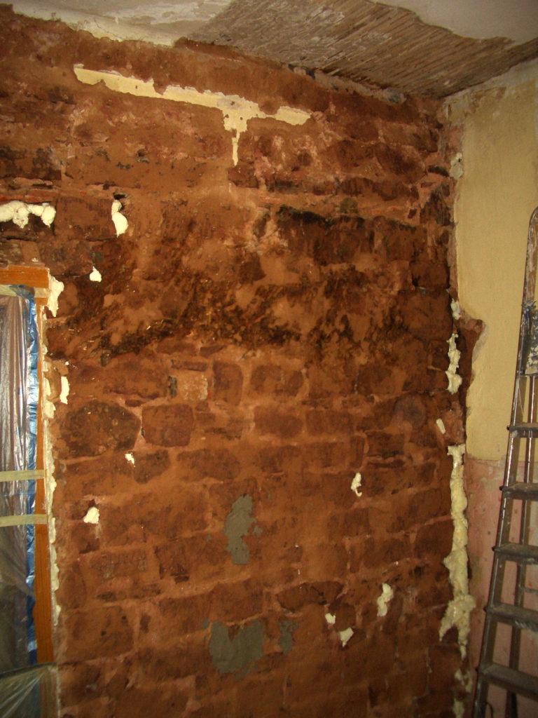 Wand im Gemeinschaftsraum nach dem zweiten Wasserschaden
