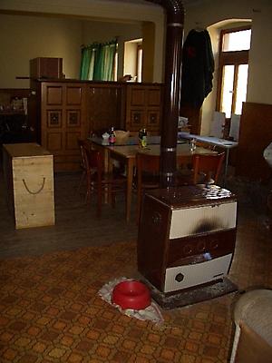 Der Gemeinschaftsraum mit altem Ofen