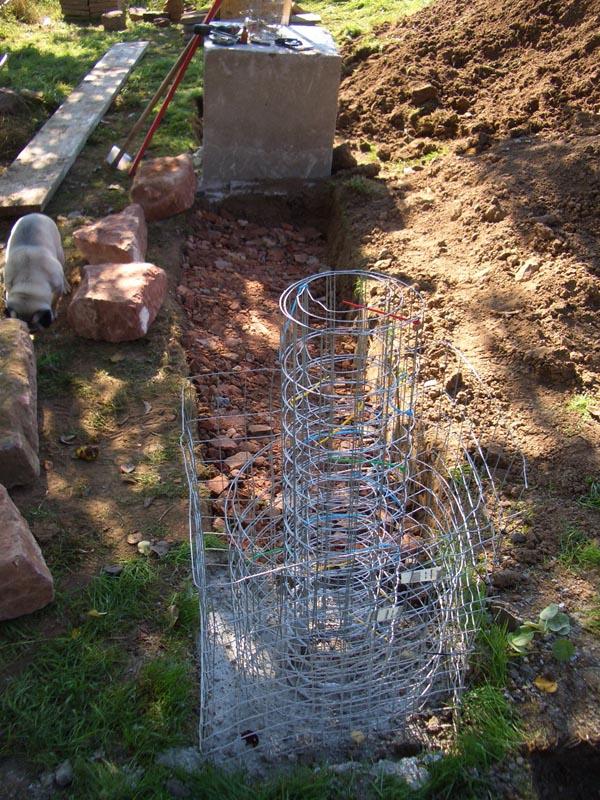 Fundamente für eine Trockemauer auf dem Gelände